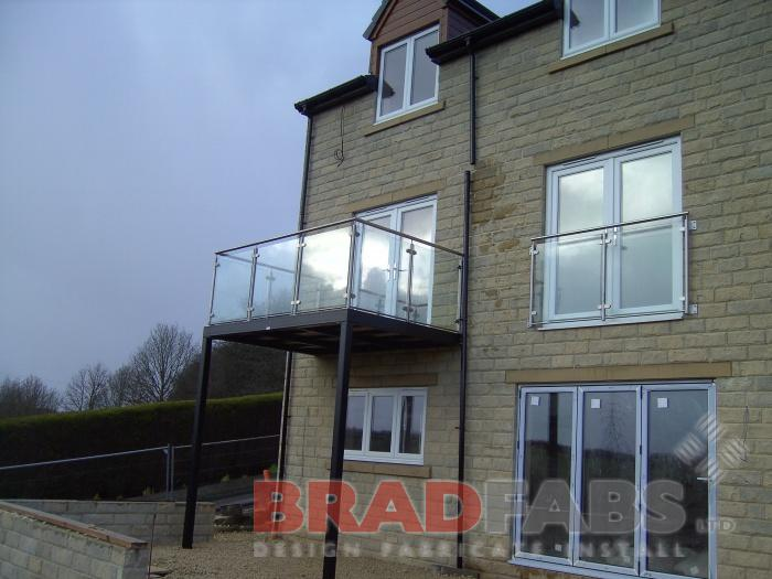 Stainless steel balustrade, Glass infill panels, balcony with legs, composite decked flooring