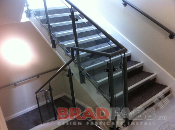 Balustrade mounted to the side of the staircase