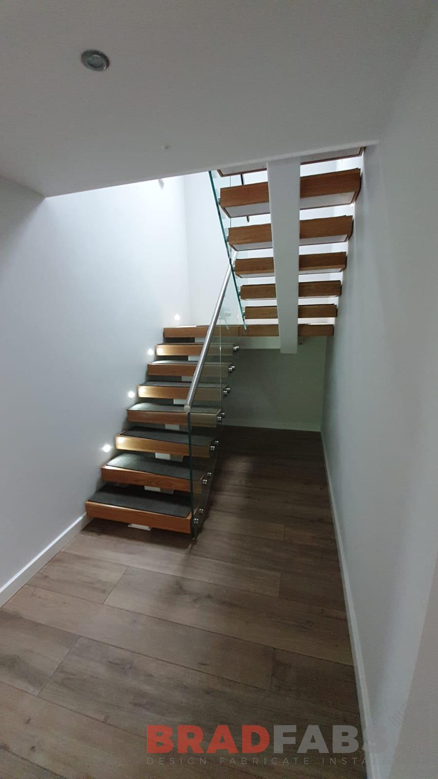 Straight staircase with 48.3 dia stainless steel handrail and infinity glass, complete with oak treads